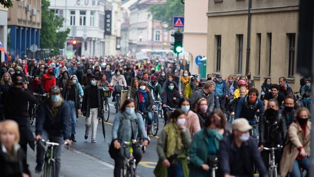 V Ljubljani je množica kolesarjev spet zasedla ulice in zahtevala odstop vlade (foto: profimedia)