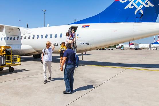 Na Brniku danes po dolgem času dočakali prvi redni potniški let