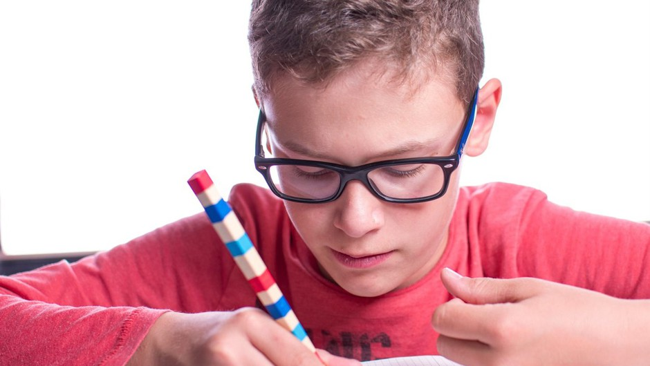Učenci bodo postopno spet sedli v šolske klopi, odpirajo se tudi druge dejavnosti (foto: profimedia)