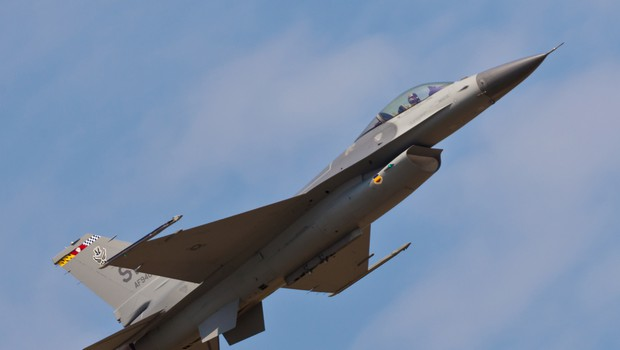 Spektakel! V ponedeljek čez Slovenijo prelet ameriških lovcev F-16 in slovenskih PC-9 (foto: Shutterstock)