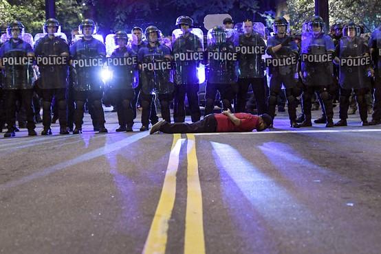 Nasilje nad novinarji na protestih v ZDA izvajajo tako policisti kot protestniki