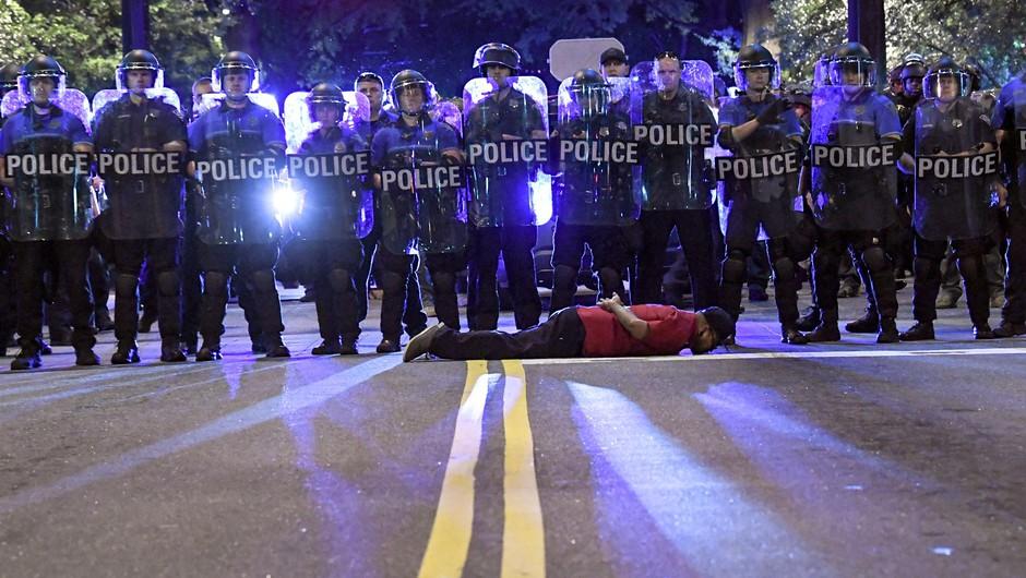 Nasilje nad novinarji na protestih v ZDA izvajajo tako policisti kot protestniki (foto: profimedia)