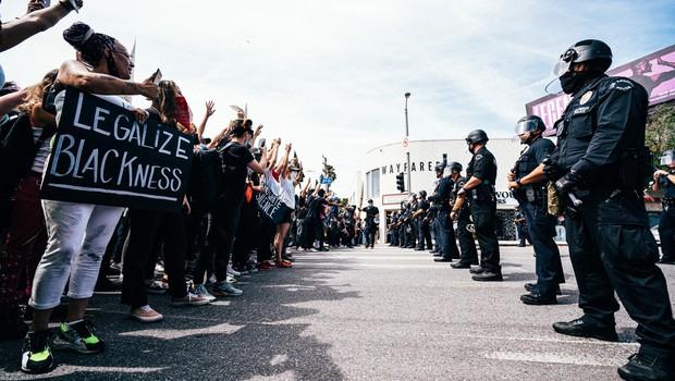 Kdo je policist, ki je klečal na vratu pokojnega Georgea Floyda (foto: profimedia)