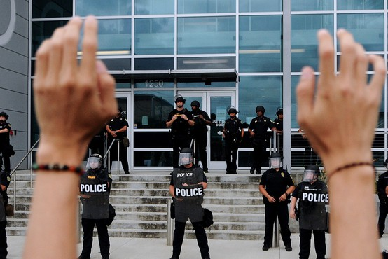 Trije policisti prvič doslej obtoženi udeležbe pri umoru Georgea Floyda