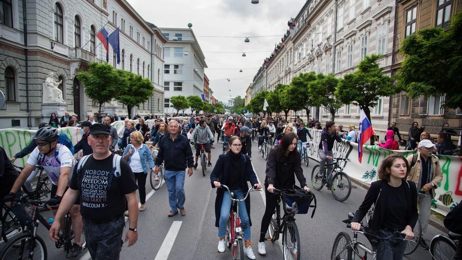 Protestniki v Ljubljani pošiljali papirnate aviončke proti parlamentu (foto: profimedia)