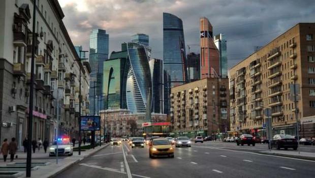 Po odpravi karantene v Moskvi so prebivalci planili na ulice (foto: Xinhua/STA)