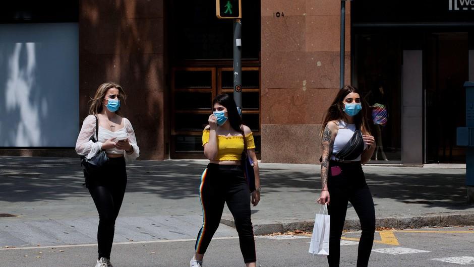 V Španiji zaščitne maske obvezne do učinkovitega zdravljenja ali cepiva (foto: Profimedia)