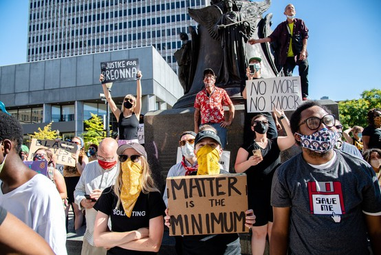 Protesti proti policijskemu nasilju v ZDA sprožili odstranjevanje spornih simbolov