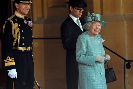 Rojstni dan kraljice Elizabete minil brez tradicionalne parade Pozdrav zastavi