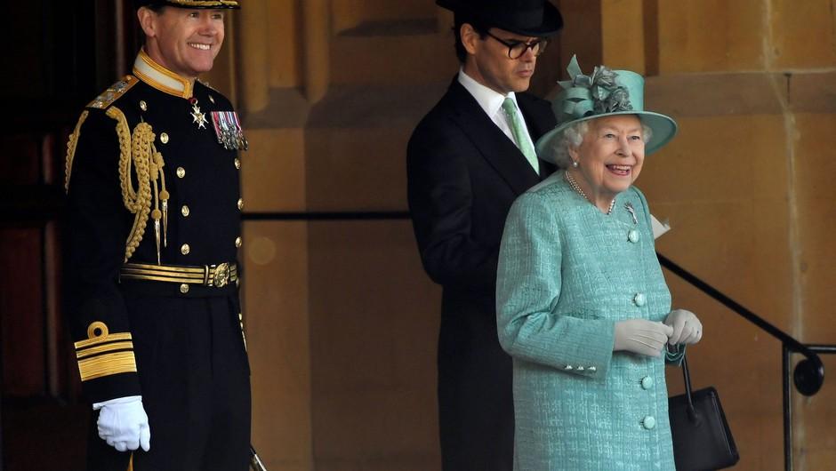 Rojstni dan kraljice Elizabete minil brez tradicionalne parade Pozdrav zastavi (foto: profimedia)