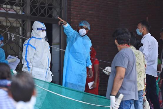 Problem polnih bolnišnic bodo v Indiji reševali s hoteli in z začasnimi enotami na vagonih