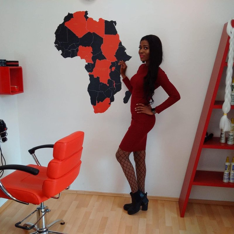 Kim Camara v svojem frizerskem studiu Black Diamond