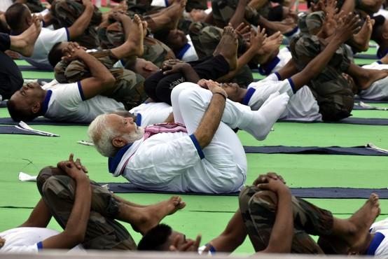 Indijski premier Narendra Modi v boju proti koronavirusu priporoča jogo
