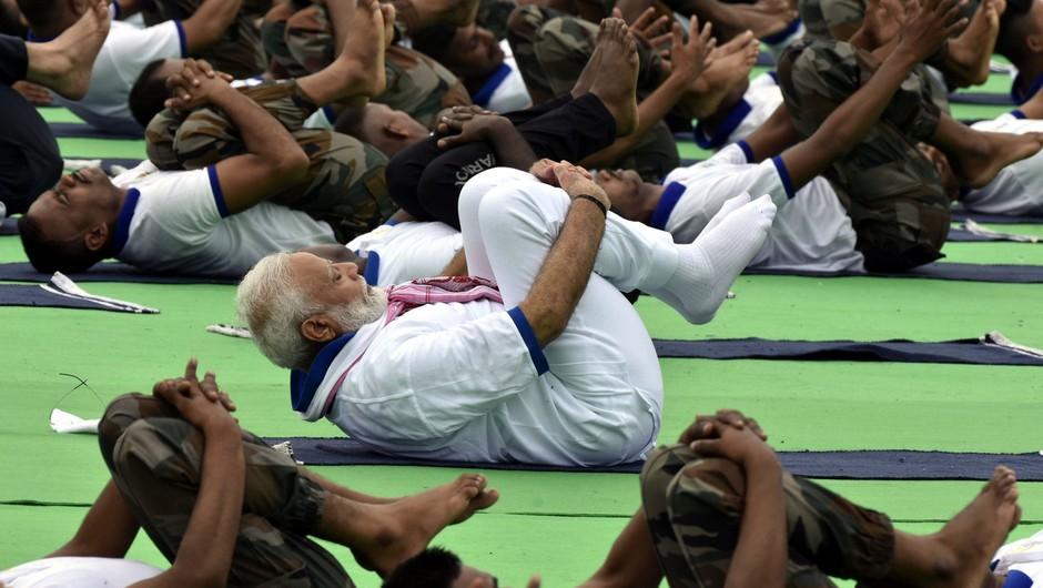 Indijski premier Narendra Modi v boju proti koronavirusu priporoča jogo (foto: profimedia)