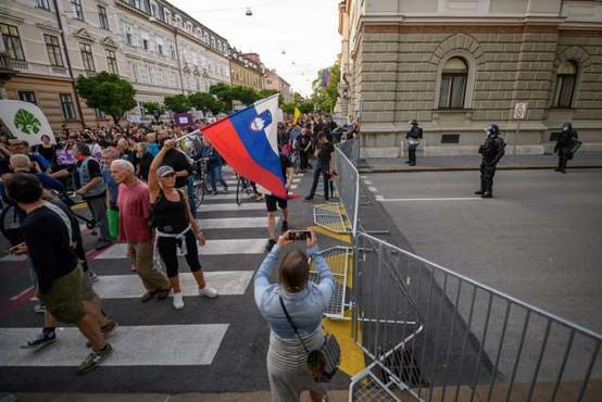 Policisti popisali 30 protestnikov, 'bralcem ustave' pa izdali plačilni nalog