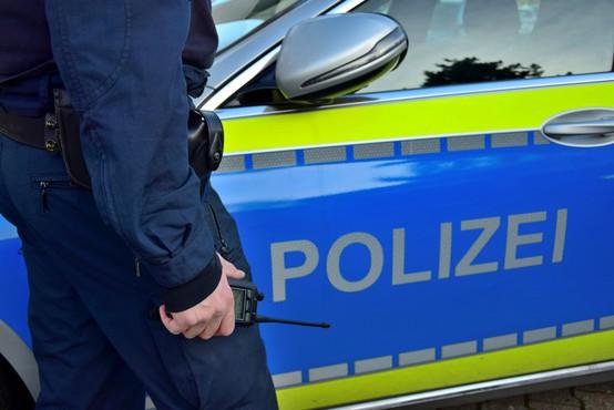 Divja noč v Stuttgartu: skupina izgrednikov napadla policiste in razbijala izložbe