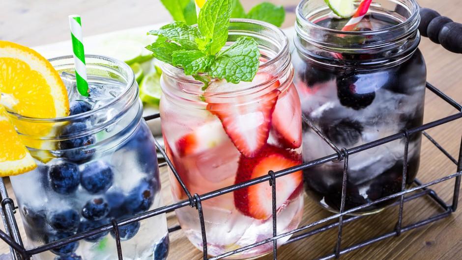 16 odličnih receptov za doma pripravljene vode z okusom