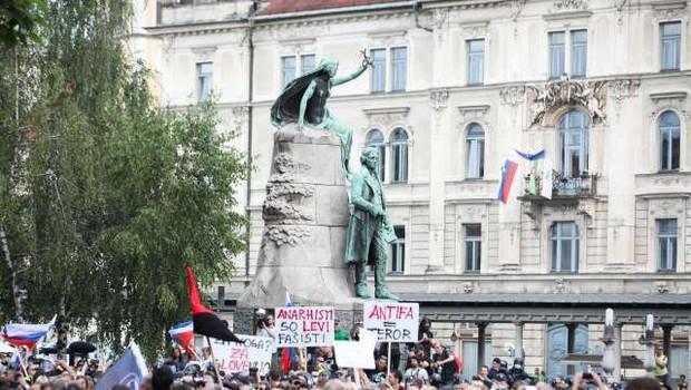 Več tisoč ljudi zapolnilo Prešernov trg na alternativni proslavi ob dnevu državnosti (foto: Anže Malovrh/STA)