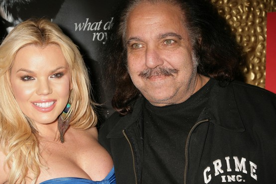 Znan pornografski igralec Ron Jeremy obtožen posilstev