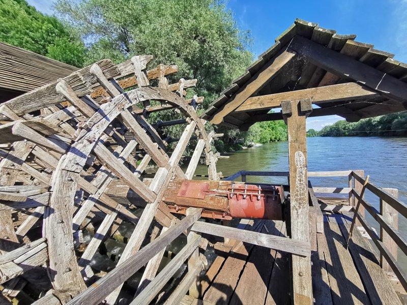 Otok ljubezni in plavajoč mlin na Muri