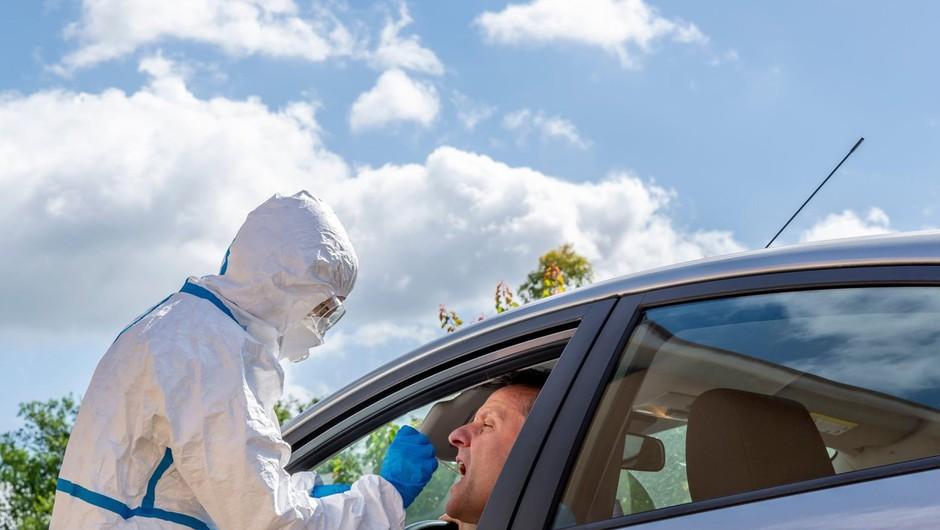Na jugu Italije so se prebivalci zaradi okužb s kamenjem spravili na sezonske delavce (foto: profimedia)