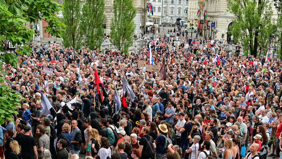 Protestniki so se tokrat zbrali na Prešernovem trgu, čeprav Trg republike ni bil ograjen (foto: profimedia)