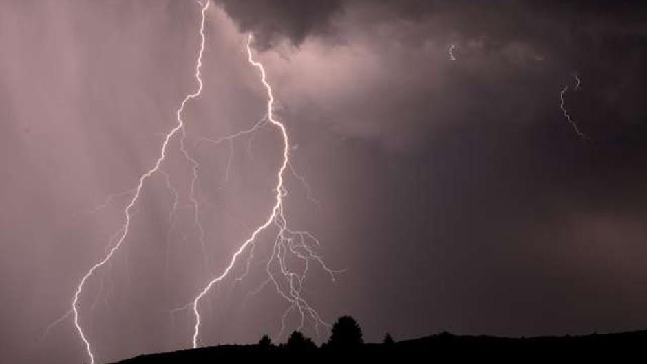 Preventivni ukrepi med nevihto in neurjem (foto: Tamino Petelinšek/STA)