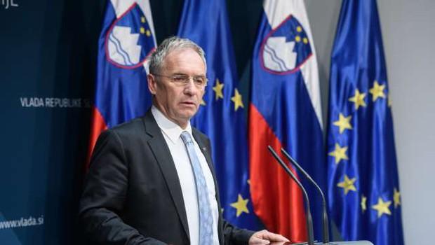 Odstopila notranji minister Hojs in direktor policije Travner (foto: STA)