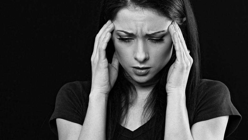 Glavobol bi lahko postal ključni simptom za predikcijo poteka covida-19 (foto: profimedia)