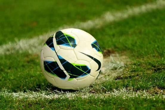 Nogometna tekma prekinjena zaradi nespoštovanja osebne razdalje