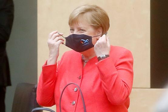 Nemška kanclerka Angela Merkel prvič v javnosti z masko