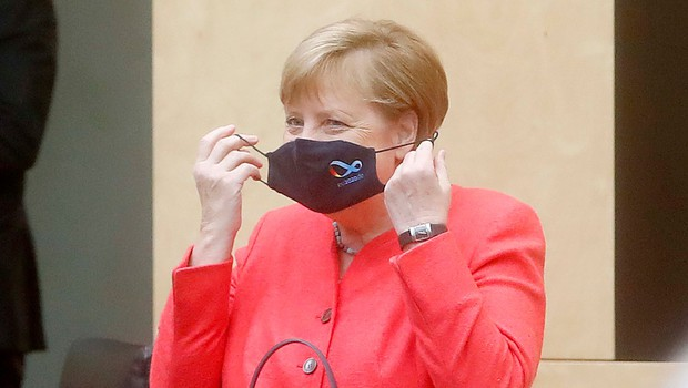 Nemška kanclerka Angela Merkel prvič v javnosti z masko (foto: Profimedia)
