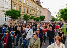 V Ljubljani so na protestu stališča razgrnili tako nasprotniki kot podporniki vlade
