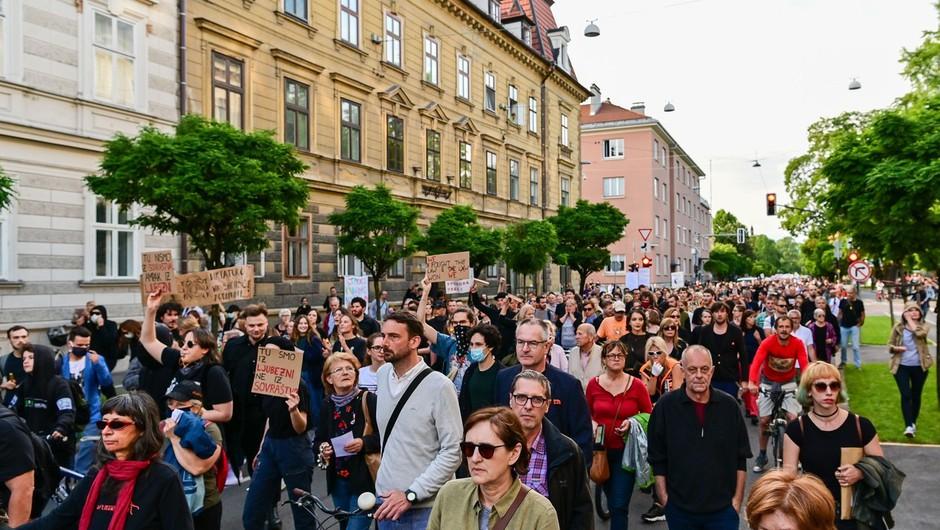 V Ljubljani so na protestu stališča razgrnili tako nasprotniki kot podporniki vlade (foto: profimedia)