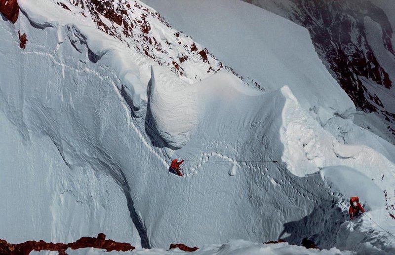 Odprava na vzhodni greben K2, 1976. Dan predtem se je Voyteku podrla opast, vidna pod zgornjim plezalcem. Zbirka Voyteka Kurtyke.