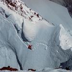 Odprava na vzhodni greben K2, 1976. Dan predtem se je Voyteku podrla opast, vidna pod zgornjim plezalcem. Zbirka Voyteka Kurtyke. (foto: arhiv Voytek Kurtyka)