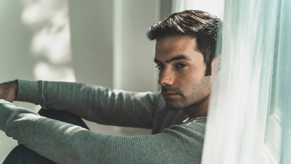 Resnica je – in velja tako za moške kot za ženske – čeprav nekoga ljubite, a če že dolgo časa niste srečni (in vaši pogovori ne padejo na plodna tla), naredite nekaj, kar se vam v tistem trenutku zdi najboljše – greste naprej.   Med razlogi, zakaj se moški odloči tako, pa so lahko tudi naslednji trije ... (foto: Shutterstock)