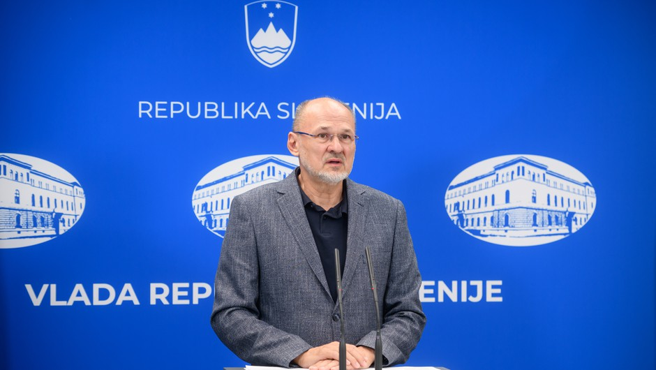 Za kršenje ukrepa osamitve ali karantene globa v višini od 400 do 4000 evrov (foto: Nebojša Tejić/STA)