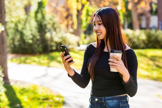 Mesto na Japonskem prepovedalo gledanje v telefon med hojo