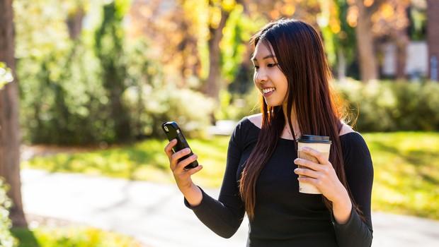 Mesto na Japonskem prepovedalo gledanje v telefon med hojo (foto: Profimedia)