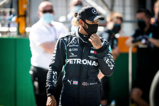 Lewis Hamilton pokleknil pred uvodno dirko svetovnega prvenstva
