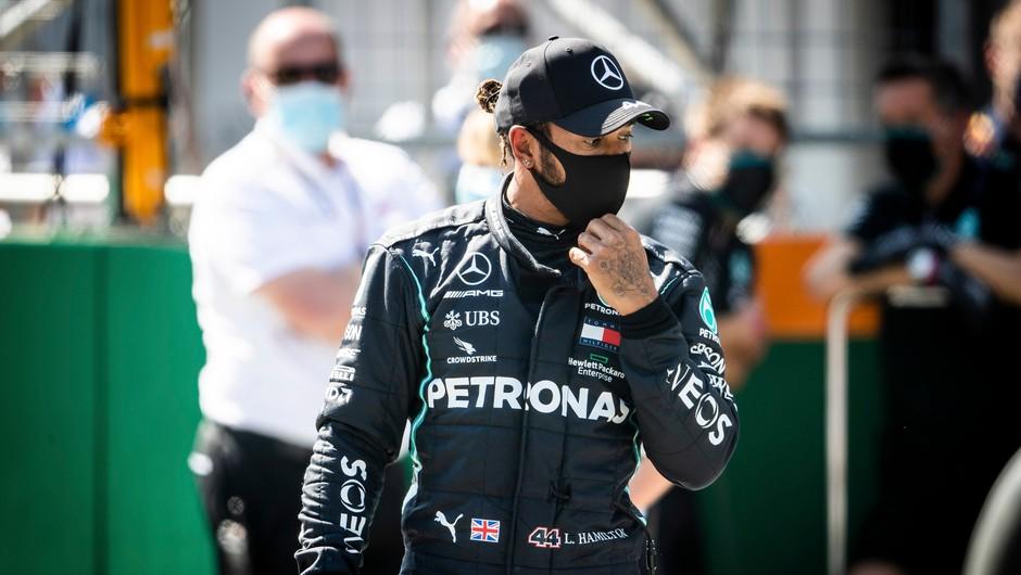 Lewis Hamilton pokleknil pred uvodno dirko svetovnega prvenstva (foto: Profimedia)