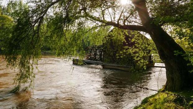 Zaradi neurja je s plavajočega mlina na Muri odneslo mlinsko kolo (foto: Nebojša Tejić/STA)