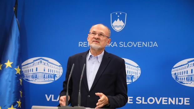 Vlada omejila zbiranje na največ 10 oseb (in 50 z dosledno evidenco organizatorjev) (foto: Anže Malovrh/STA)