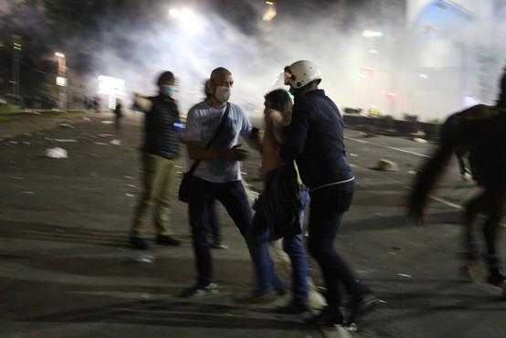 Protivladni protesti v Srbiji so se po polnoči umirili