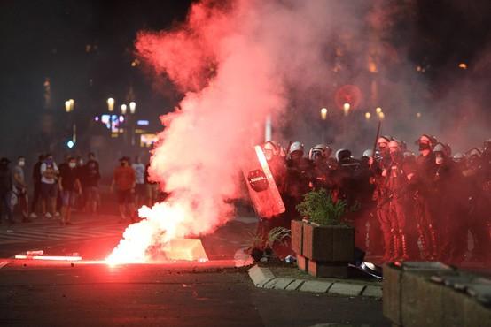 Na ulicah Beograda znova spopadi med protestniki in policijo (foto)