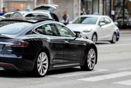 Elon Musk s Teslo blizu razvoju povsem avtonomnega vozila