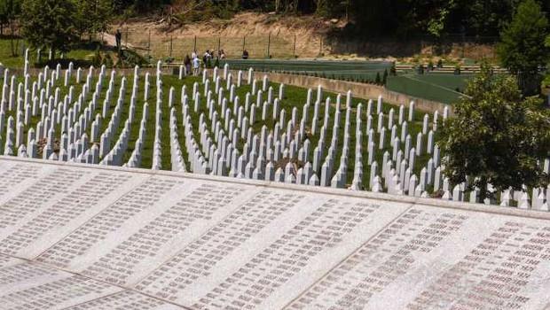 V Potočarih zaradi epidemije okrnjena spominska slovesnost za žrtve genocida v Srebrenici (foto: STA/Nebojša Tejić)