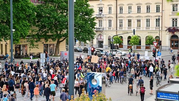 Na tokratnem protestu v Ljubljani naslovili tudi tiste, ki z neaktivnostjo podpirajo stanje v državi (foto: profimedia)