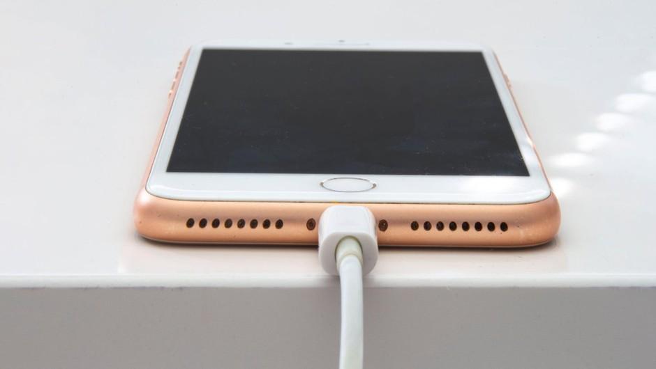Spotify, Viber in druge aplikacije se sesuvajo na iPhonih, kriv pa je Facebook (foto: profimedia)